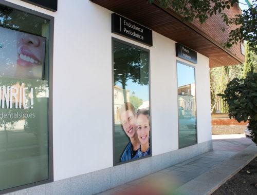 Fachada de clínica dental en Navalcarnero